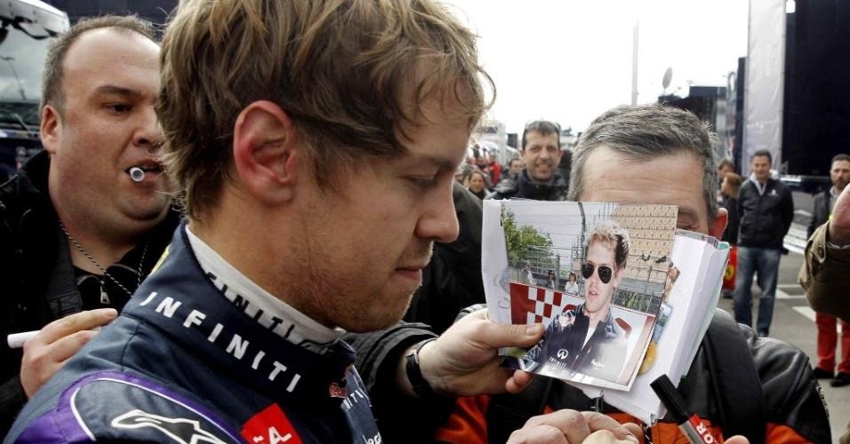 19.fev.2013 - Sebastian Vettel distribui autógrafos para os fãs antes de participar dos treinos coletivos em Barcelona