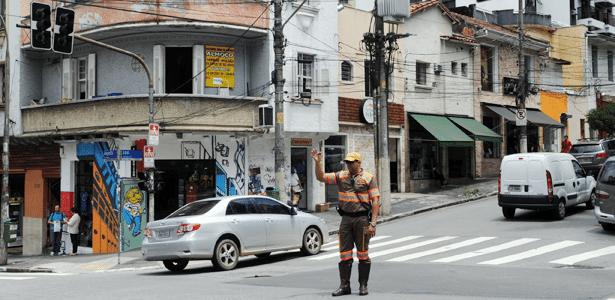 Quem circula em São Paulo (SP) sabe: choveu, apagou (o semáforo), parou (o trânsito). Reclamar a quem?