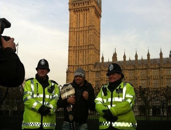 Depois de defender o cinturão interino dos galos em Londres no último sábado, o brasileiro Renan Barão fez um tour pela capital inglesa.