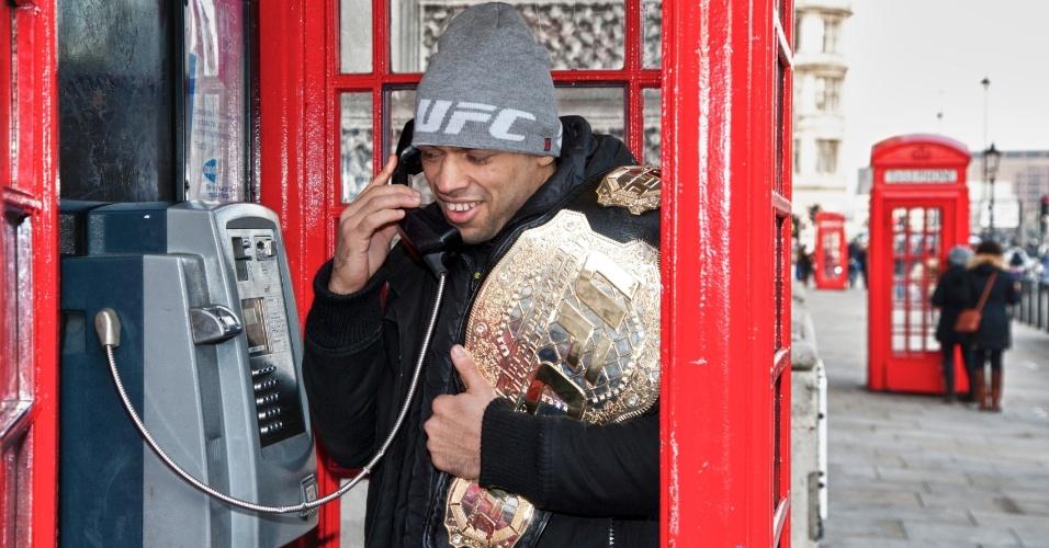 Depois de defender o cinturão interino dos galos em Londres no último sábado, o brasileiro Renan Barão fez um tour pela capital inglesa. Ele até brincou em um dos clássicos telefones públicos da Inglaterra.