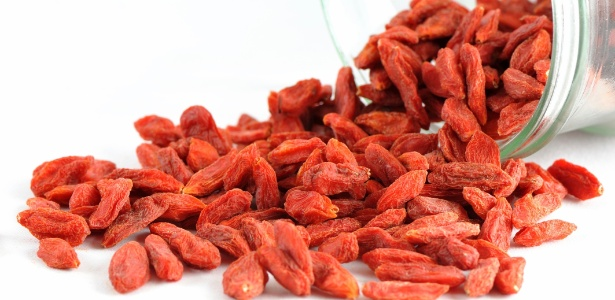 Cada 100 gramas, ou uma xícara de chá da versão seca, contém 2500 miligramas de vitamina C