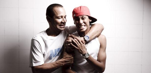 Neymar, ao lado de seu pai, tem contrato com o Santos até julho de 2014