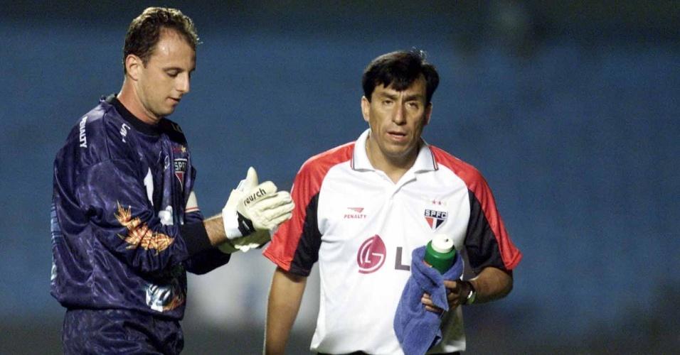 02.mai.2001 - Goleiro são-paulino Rogério Ceni com o treinador de goleiros Roberto Rojas, antes do jogo no Morumbi contra o Vitória, pela Copa do Brasil