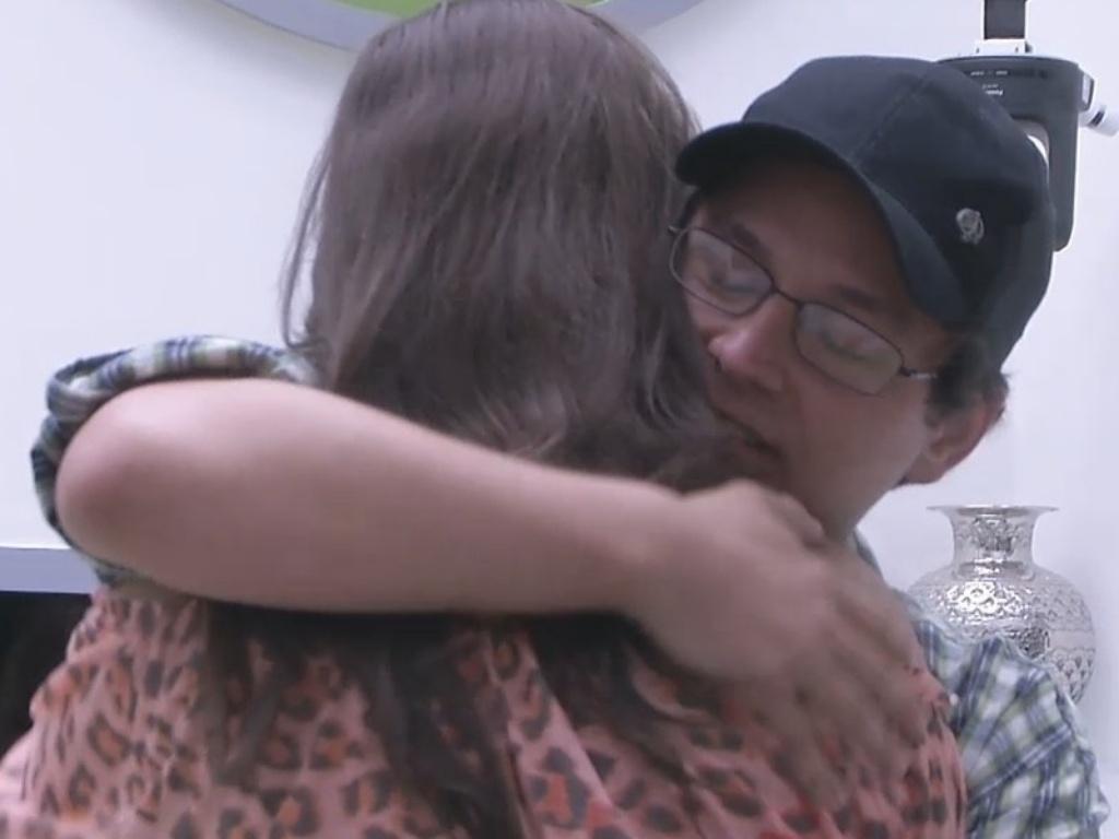 19.fev.2013 - Andressa abraça Ivan e chora ao se despedir do professor, sexto eliminado do