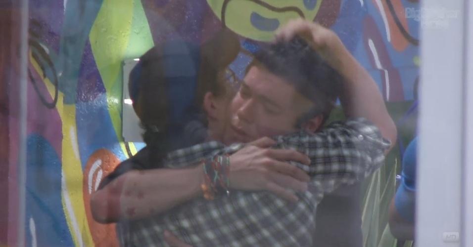 19.fev.2013 - Ivan dá outro abraço em Nasser antes de deixar o