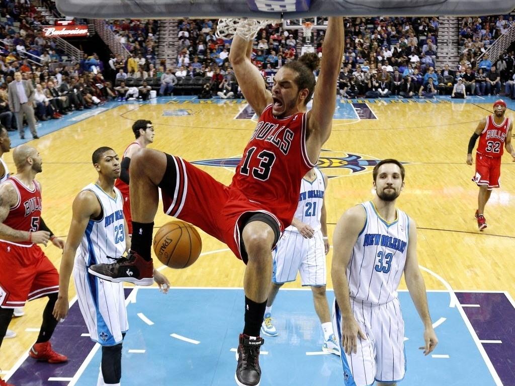 19.fev.2013 - Joakim Noah enterra e grita na vitória do Chicago Bulls, fora de casa, sobre o New Orleans Hornets; o pivô francês, All-Star, foi o destaque da equipe