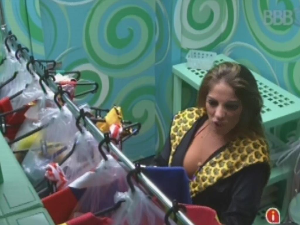 20.fev.2013 - Anamara pega as roupas que os brothers usarão na festa desta noite
