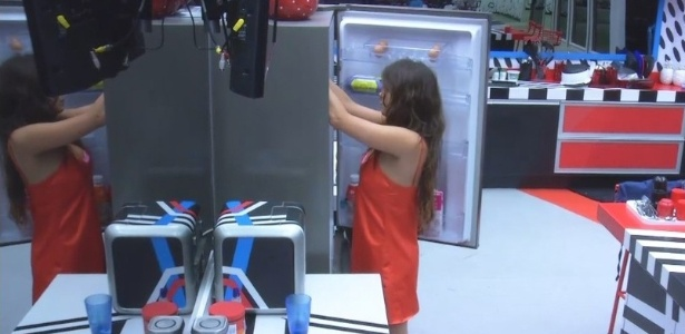 20.fev.2013 - Após lanchar durante a madrugada, Kamilla assalta a geladeira às 6h