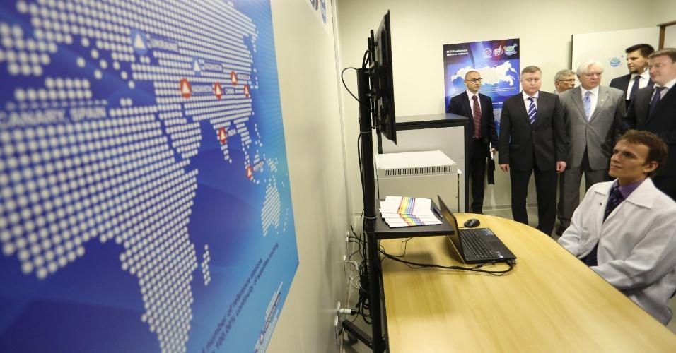 20.fev.2013 - Autoridades das agências espacias russas e brasileiras assistem ao primeiro monitoramento do Glonass (Sistema de Navegação Global por Satélite) feito fora da Rússia. A tecnologia russa, que usa 24 satélites orbitais para localizar posições na superfície terrestre, foi instalado na UnB (Universidade de Brasília)