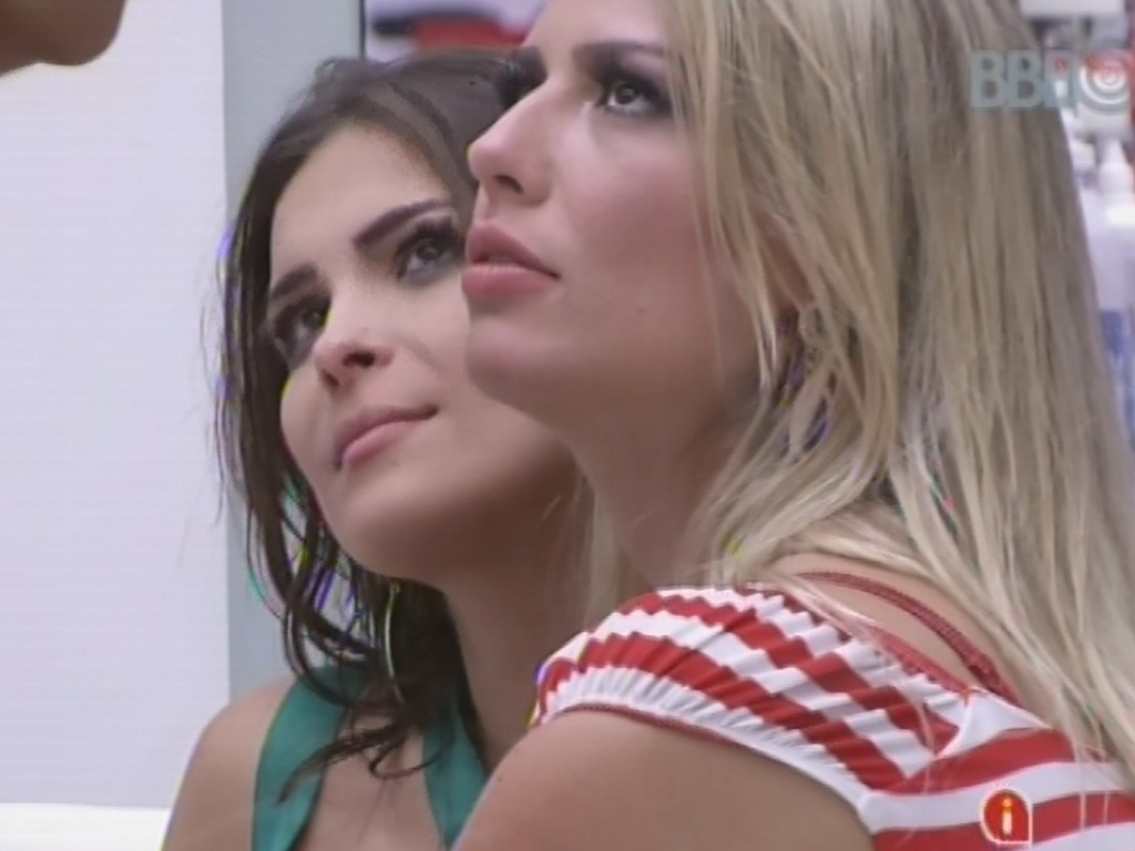 20.fev.2013 - Bêbada, Kamilla pede beijo a Eliéser
