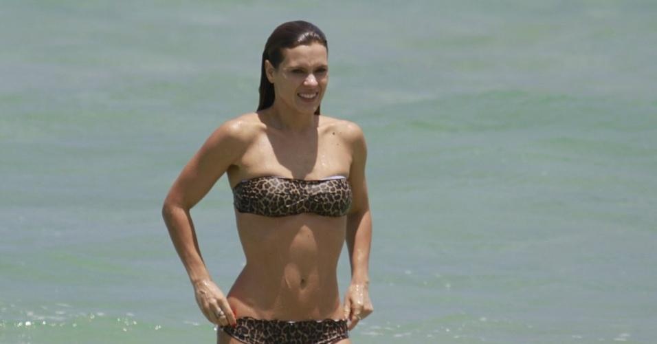 20.fev.2013 - Carolina Dieckmann curtiu praia na Barra da Tijuca, zona oeste do Rio