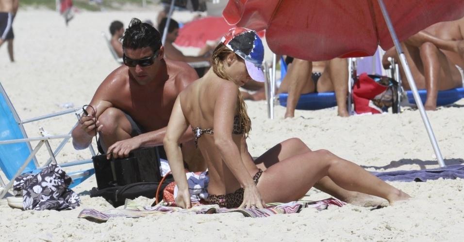 20.fev.2013 - Carolina Dieckmann curtiu praia na Barra da Tijuca, zona oeste do Rio. A atriz estava acompanha de Bruno De Luca