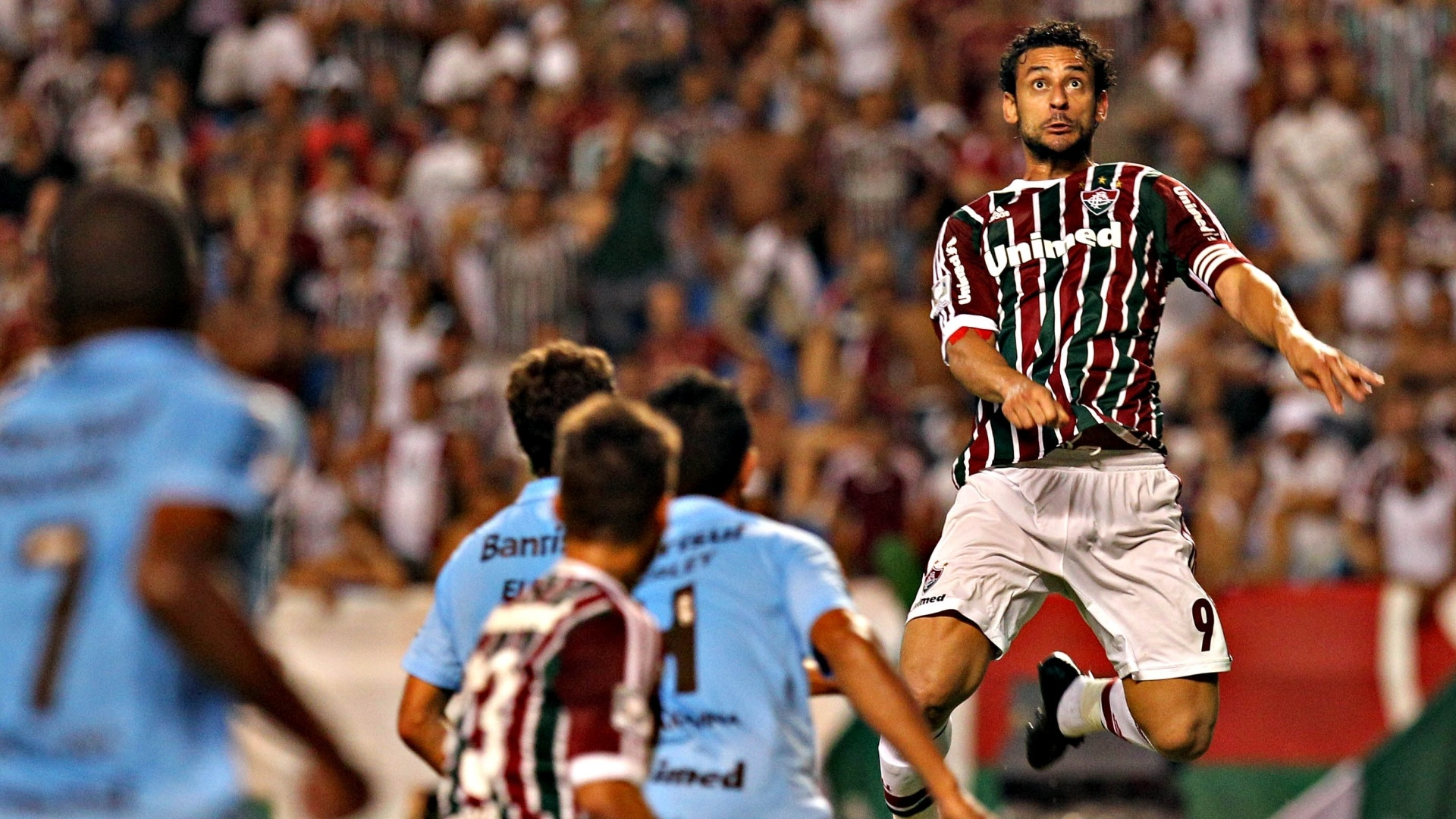 20.fev.2013 - Fred, atacante do Fluminense, sobe sozinho para cabecear a bola no duelo contra o Grmio