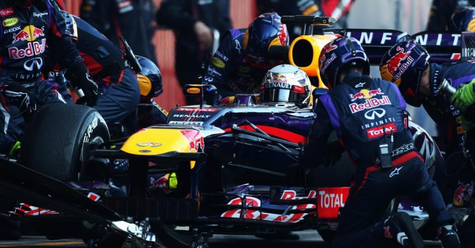 20.fev.2013 - Mecânicos da Red Bull trabalham no carro de Sebastian Vettel durante o segundo dia de testes em Barcelona