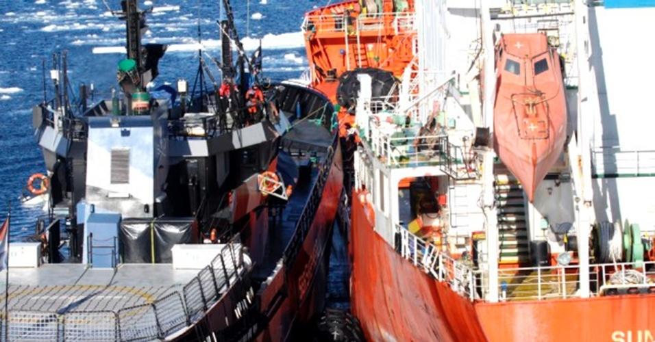 20.fev.2013 - A ONG Sea Shepherd acusa o Nisshin Maru, que integra a frota baleeira japonesa, de bater voluntariamente nos navios da organização, nesta quarta-feira (20). A organização diz que o ataque, ocorrido  no oceano Antártico, destruiu um dos radares e todos os mastros do barco Bob Barker (à esquerda), além de ter provocado um corte de energia elétrica