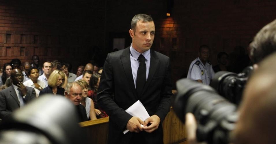 20.fev.2013 - Oscar Pistorius fez anotações durante a audiência nesta quarta-feira; ele é acusado de ter assassinado premeditadamente sua namorada, a modelo Reeva Steenkamp