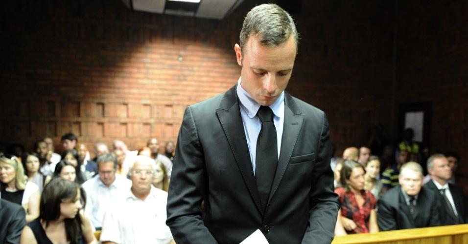 20.fev.2013 - Oscar Pistorius se mantém de cabeça baixa durante audiência sobre a acusação de assassinato de sua namorada