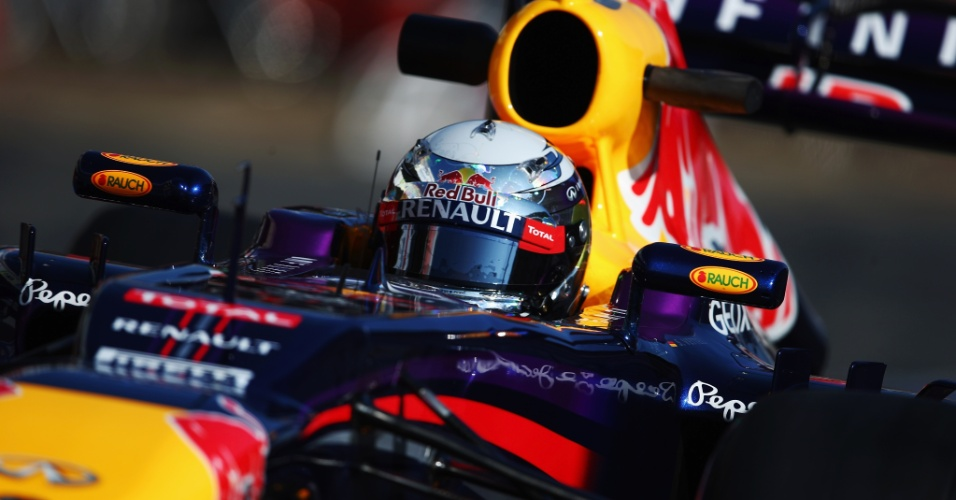 20.fev.2013 - Sebastian Vettel, da Red Bull, corre no segundo dia de testes coletivos em Barcelona
