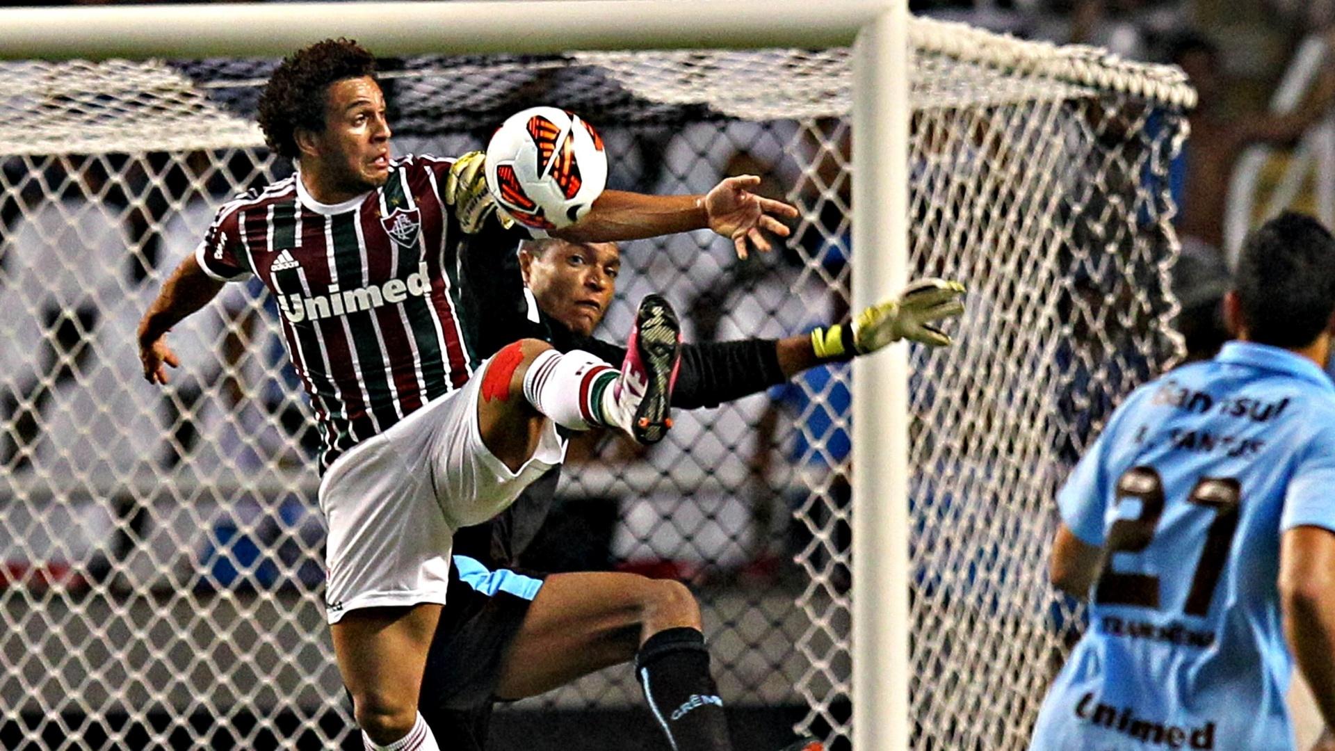 20.fev.2013 - Wellington Nem, atacante do Fluminense, disputa a bola com o goleiro Dida, do Grêmio