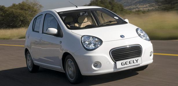 """O hatch Geely LC tem motor """"mil"""", visual assumido de panda e pode custar R$ 35 mil"""