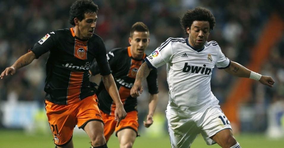 Marcelo domina bola na partida do Real Madrid contra o Valencia