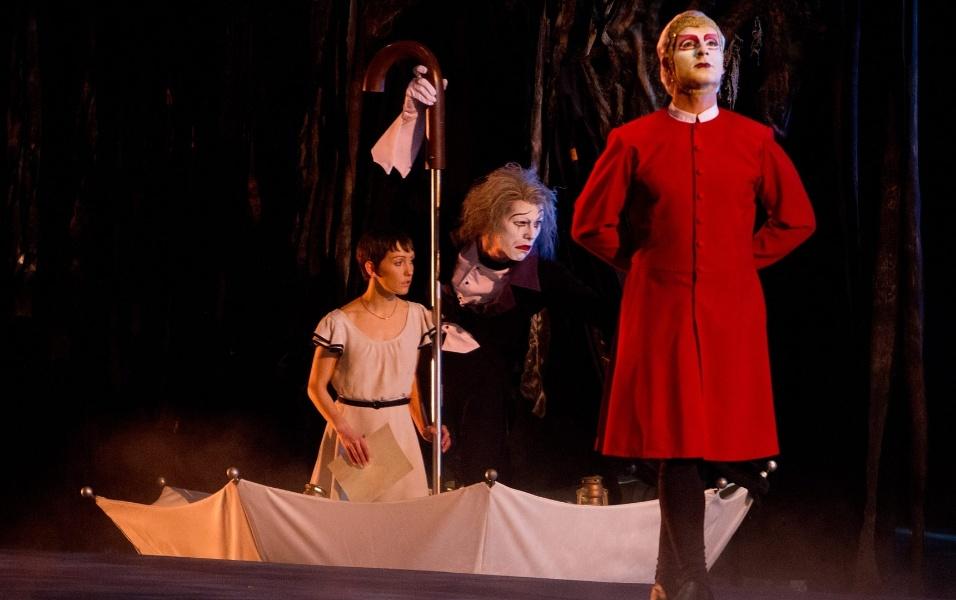 """Mestre de cerimônias do espetáculo """"O"""", Eugen (papel do mímico Benedict Nigro) conduz a personagem Mia (vivida por Erica Linz)"""