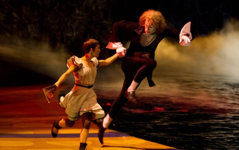 """Mestre de cerimônias do espetáculo """"O"""", Eugen (papel do mímico Benedict Nigro) conduz a personagem Mia (vivida por Erica Linz) pelos sete mundos do Cirque du Soleil"""