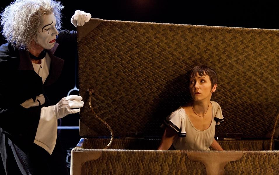 """Mestre de cerimônias do espetáculo """"O"""", Eugen (papel do mímico Benedict Nigro) conduz a personagem Mia (vivida por Erica Linz) por sete mundos do Cirque du Soleil"""