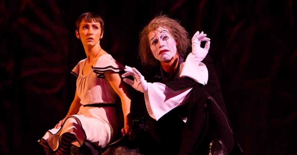 """Mestre de cerimônias do espetáculo """"O"""", Eugen (papel do mímico Benedict Nigro) conduz a personagem Mia (vivida por Erica Linz) pelos sete espetáculos da trupe em Las Vegas"""