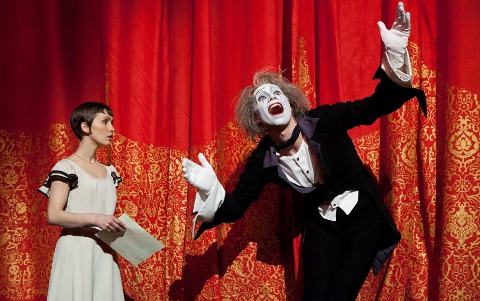 """Mestre de cerimônias do espetáculo """"O"""", Eugen (papel do mímico Benedict Nigro) conduz a personagem Mia (vivida por Erica Linz) pelos sete mundos do Cirque du Soleil, representados pelos sete espetáculos da trupe em Las Vegas"""