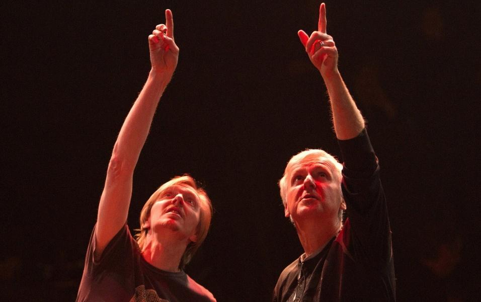 """O diretor Andrew Adamson (esq.) e o cineasta James Cameron (dir.), produzem o filme """"Outros Mundos"""", em Las Vegas"""