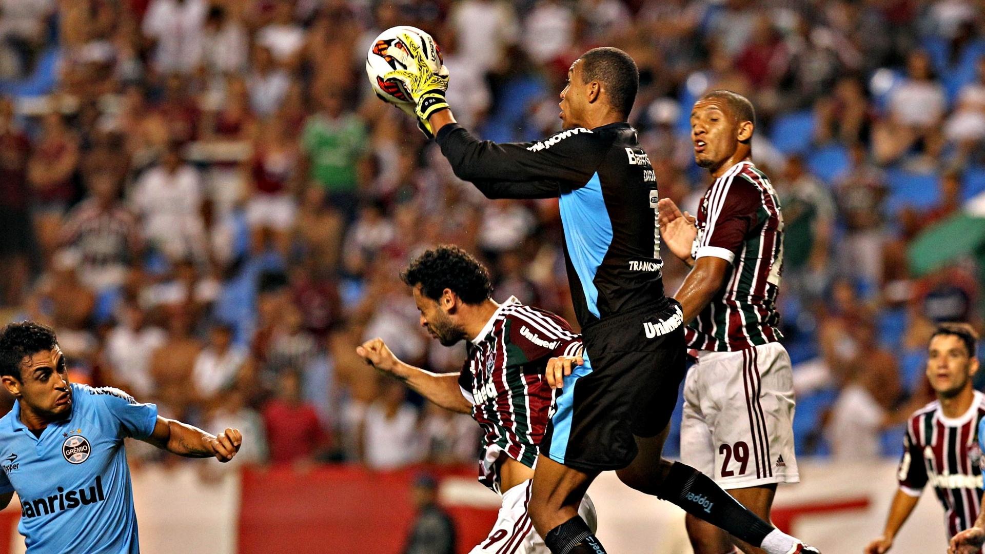 20.fev.2013 - Dida, goleiro do Grêmio, sai do gol e evita conclusão de Wellingto Nem, atacante do Fluminense