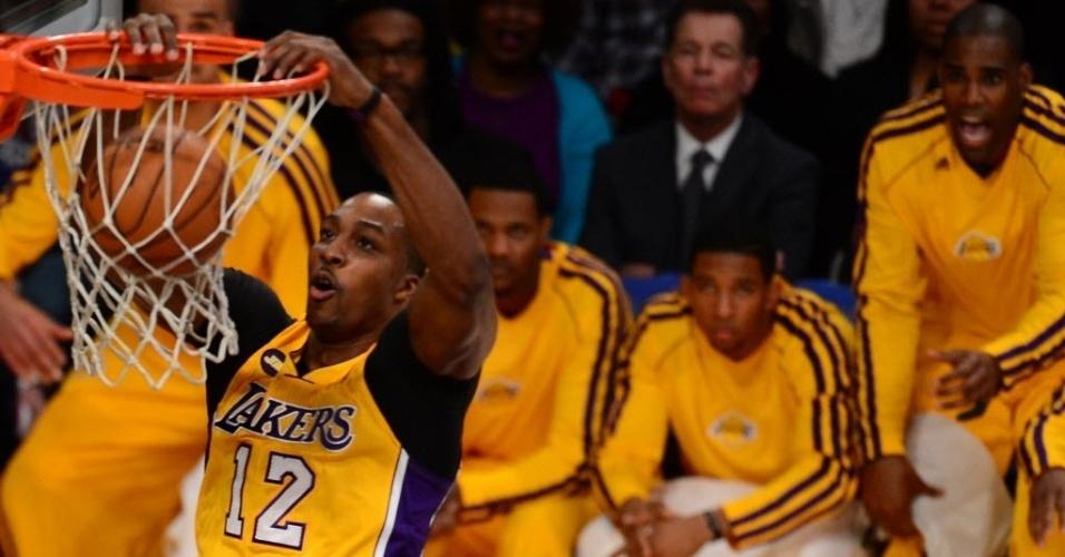 20.fev.2013 - Dwight Howard usa seu tamanho para enterrar tranquilamente na vitória dos Lakers contra os Celtics