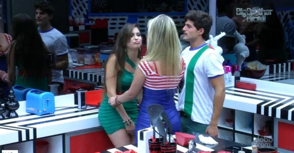 20.fev.2013 - Fernanda e André tentam dar comida e água para Kamilla após sister beber muito
