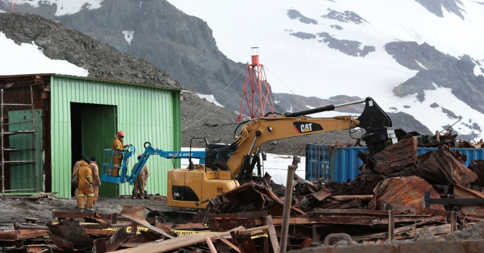 21.fev.20123 - Mutirão prepara nova base brasileira de pesquisas na Ilha Rei George, na Baía do Almirantado, na Antártica. Um incêndio destruiu cerca de 70% das instalações originais da Estação Antártica Comandante Ferraz e matou dois militares em fevereiro do ano passado