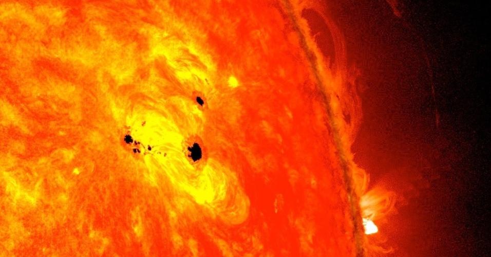 21.fev.2013 - Algumas manchas solares (pontos pretos) apareceram na superfície do astro entre os dias 19 e 20 de fevereiro, mostram imagens do Observatório Solar Dinâmico (SDO, na sigla em inglês), da Nasa (Agência Espacial Norte-Americana). As manchas fazem parte do mesmo sistema e medem seis vezes o diâmetro da Terra