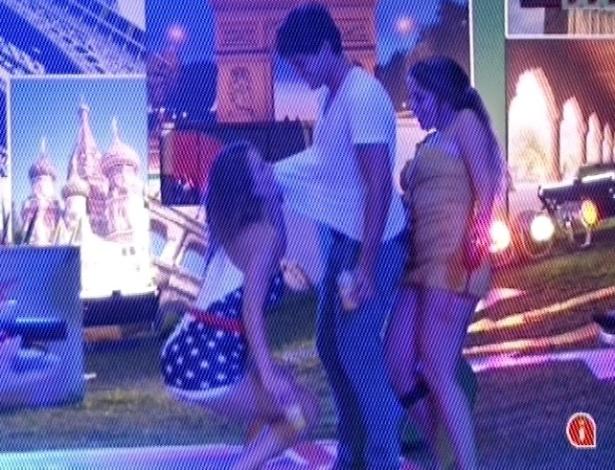 21.fev.2013 - Anamara e Natália provocam André durante a festa