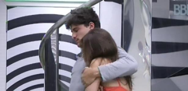 21.fev.2013 - André e Kamilla se abraçam depois de acordarem pós-festa