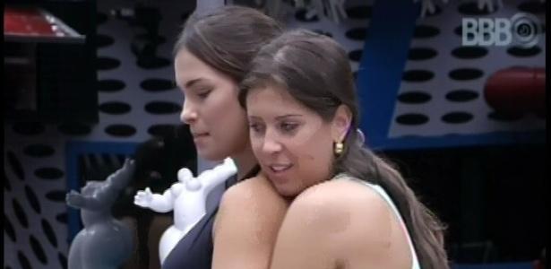 21.fev.2013 - Andressa dá um abraço por trás de Kamilla na cozinha