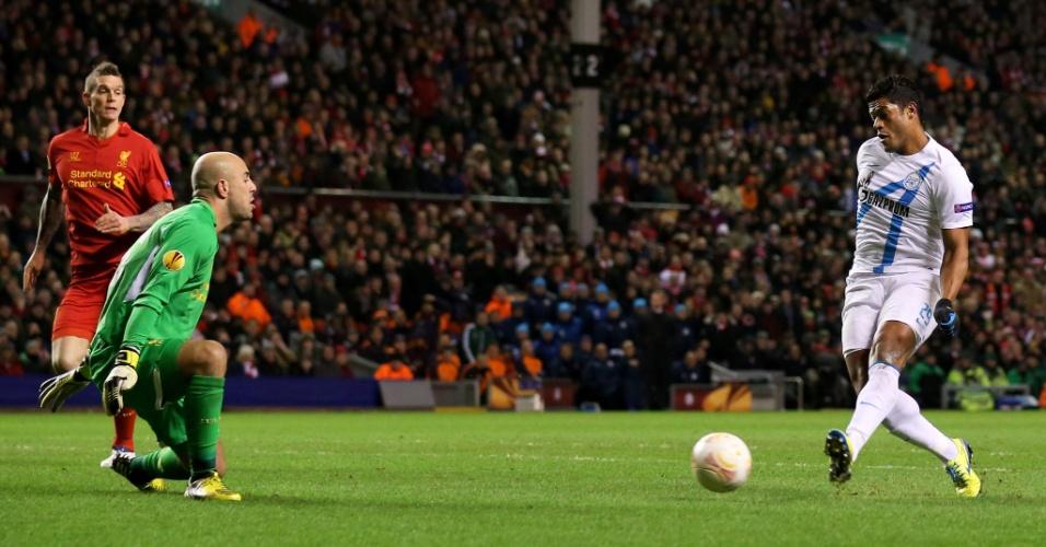 21.fev.2013 - Brasileiro Hulk (dir), do Zenit, chuta para abrir o placar contra o Liverpool, pela Liga Europa