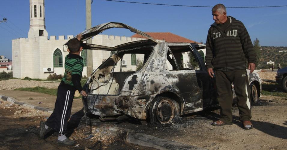 21.fev.2013 - Colonos israelenses incendeiam carro de palestinos na aldeia de Kusra, junto a cidade de Nablus, na Cisjordânia