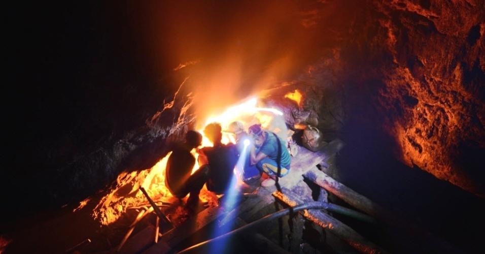 21.fev.2013 - Crianças trabalham em mina de carvão na cidade de Rymbai, no Estado de Meghalaya (Índia). O trabalho infantil é oficialmente ilegal no país, sendo considerado um crime inafiançável. Mas empregadores de Meghalaya, no entanto, tem sido tradicionalmente isentos devido ao seu status especial por possuir uma população essencialmente tribal