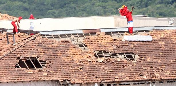 Detentos rebelados sobem no telhado da penitenciária de segurança de Contagem (MG)