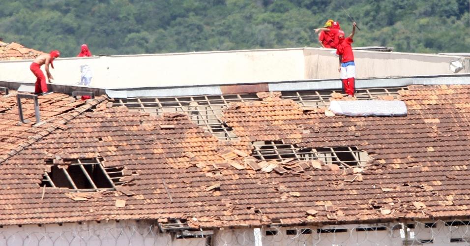21.fev.2013 - Detentos rebelados sobem no telhado da penitenciária de segurança máximaNelson Hungria, localizada em Contagem, na região metropolitana de Belo Horizonte, nesta quinta-feira (21). Os presos mantêm uma professora e um agente penitenciário reféns