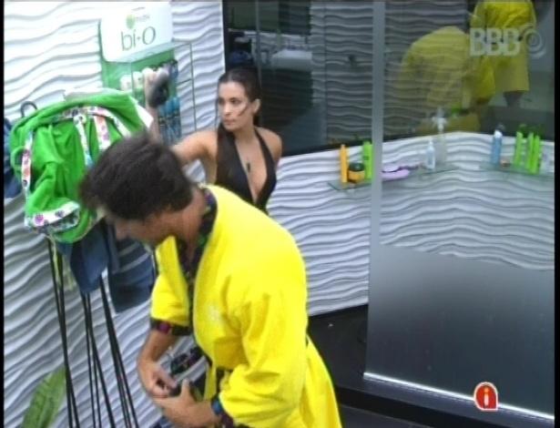 21.fev.2013 - Eliéser e Kamilla nem se olharam quando ele saiu do banho e a sister entrou no box