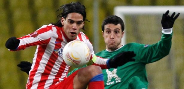 Falcao García disputa jogada com Marcano, do Rubin, durante jogo da Liga Europa
