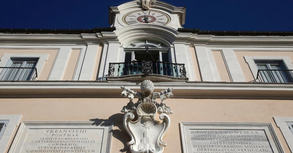21.fev.2013 - Funcionário observa paisagem da varanda principal do Castel Gandolfo, no sul de Roma, local onde o papa Bento 16 passará os dois primeiros meses após sua renúncia
