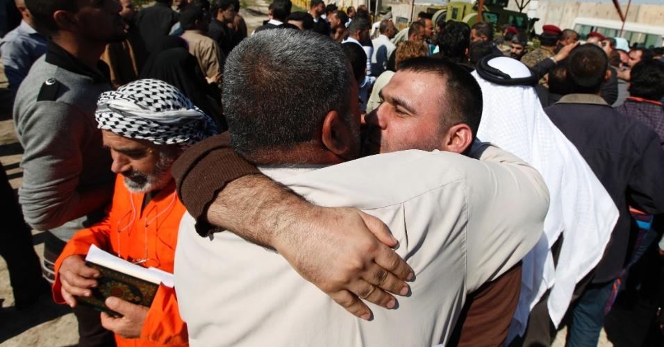 21.fev.2013 - Governo do Iraque solta mais de 200 detentos que estavam presos sob a lei antiterrorismo do país