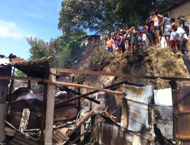 21.fev.2013 - Incêndio atinge barracos na periferia de Olinda (PE) e mata uma criança, de um ano e um mês, que foi deixada sozinha em casa. A mãe afirma que saiu por apenas alguns minutos