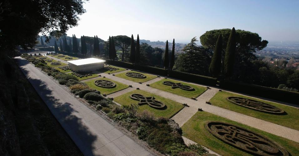 21.fev.2013 - Jardim do Castel Gandolfo, no sul de Roma, local onde o papa Bento 16 passará os dois primeiros meses após sua renúncia